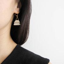 Boucles d'oreilles de perles blanches cassé avec frange. 29 euros