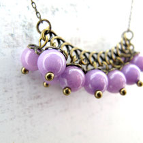 "Collier de perles en jade teintée violette. Collection ""Sophie"". 14 euros"