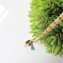 Idana, beads bracelet, beige clair, breloque feuille plaqué or 16K, gland coton 100 %. 19,95 euros