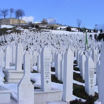 Sarajevo ist tragischerweise auch eine Stadt der Friedhöfe: Die weißen Marmorstelen stammen zum großen Teil aus dem Jahre 1993.