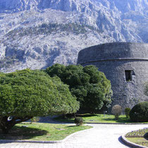 Die kleine Hafenstadt Kotor beeindruckt mit mittelalterlich-mediterranem Flair.