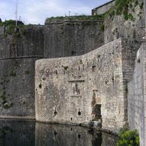 Die mittelalterlichen Mauern stammen aus italienischer Zeit.