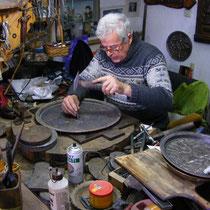 In Mostar kann man Handwerker bei der Arbeit beobachten.