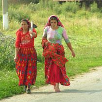 Frauen auf dem abendlichen Weg nach Hause