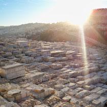 Blick über den jüdischen Friedhof am Ölberg auf die Jerusalemer Altstadt
