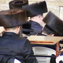 Orthodoxe Juden beim Gebet an der Klagemauer