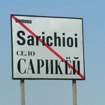 Der Osten Rumäniens bietet auch kulturell eine überraschende Vielfalt: Der ursprünglich türkische Name des Dorfes ist auch auf russisch geschrieben.