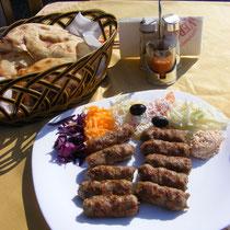 Qebapa (albanische Ćevapčići) sind ein weit verbreitetes Essen auch im albanischen Kulturkreis.