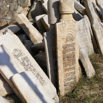 Muslimische Grabsteine neben einer Moschee in Prizren.