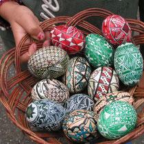 Mit Wachs verzierte Eier