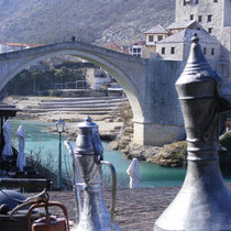 Die berühmte Brücke von Mostar (Bosnien und Herzegowina). Sie wurde 1995 im Laufe des Bosnienkrieges zerstört und später wieder aufgebaut.