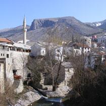 Mostar liegt am smaragdgrünen Flüsschen Neretva, eingebettet zwischen Hügeln.