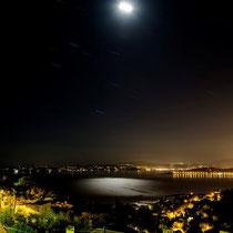 vue à la baie le nuit avec claire de lune (photo d'un hôte adorable)