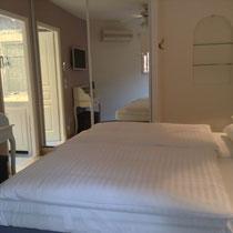 pièce 5, dans le miroir se reflètent la porte au bain, climatisation, ventilateur de plafond, télé, secrétaire)