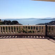 vue de la grande terrasse principale devant la cuisine, situation du Sud