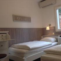 pièce 3 avec 2 lits 90x200, climatiseur, aucune télé/ ventilateur/ sèche-cheveux (assuré pour des enfants)