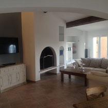 salon avec cheminée, 46' télé LED avec télé Apple (comme dans toutes les pièces)