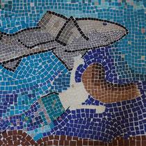 Nicola Kohl, Isabell Imker, Klasse 6c, Papiermosaik Menschen und Tiere im Wasser