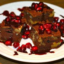 Brownie mit Granatapfel und Sauce au chocolat