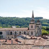 N'hésitez pas à parcourir la belle bastide de Revel riche en patrimoine historique : L'église Notre Dame des Grâces, une halle en bois du XIVe siècle  surmontée d'un beffroi classé Monument Historique, des maisons  aux façades à encorbellements…