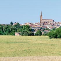Partez à la découverte du village de Caraman : l'église Saint-Pierre, la halle, le château du Croisillat,  les murailles anciennes en briques foraines rouges encore bien visibles à l'ouest de la ville