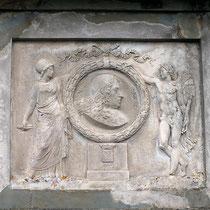 Bas relief en marbre ornant le côté nord : les armes et le médaillon de Pierre Paul Riquet, soutenus par Minerve, déesse de la sagesse et Mercure, dieu du commerce - crédit photo : Couleur Média