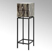 Treasure, Material: außen Furnier Zebrano Optik, innen schwarz Lack matt, Gestell schwarz pulverbeschichtet Farbe: schwarz/weiß Maße: 40 x 40 x 136 cm