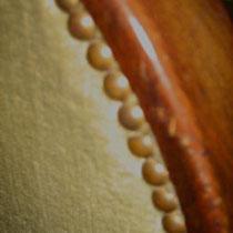 Detail afwerking met originaal spijkers - deze kunnen bij een andere stofbespanning opnieuw gebruikt worden.
