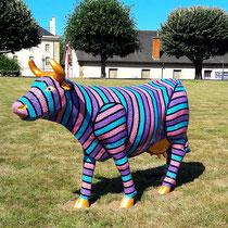 La vachement belle. Vache en fibre de verre peinte à la peinture acrylique. En exposition permanente à Moulins (Allier). Février 2018.