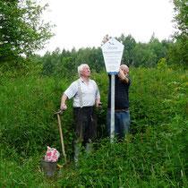 Ludwig Loth und Franz Wittemann beim aufstellen der neu gefertigten Schilder.