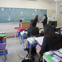 演奏学科の卒業生には、担任の片桐章子先生から卒業証書が授与されました。