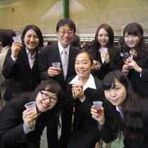 松井孝夫先生を囲む音楽総合学科の卒業生たち。