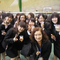 片桐章子先生を囲む演奏学科の卒業生たち。