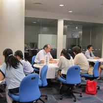 【音楽療法コースの相談コーナー】左:廣川恵理先生、中:音楽総合学科長・原沢康明先生、右:村井満恵先生