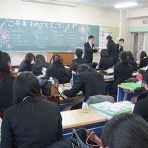 音楽総合学科の卒業生には、担任の松井孝夫先生から卒業証書が授与されました。