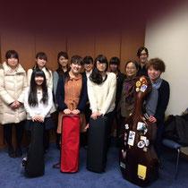 坂本真理先生、学生スタッフ、出演者一同でポーズ。