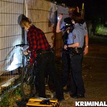 Die Polizei sichert Spuren am Fahrrad.|Foto: Kevin Wuske
