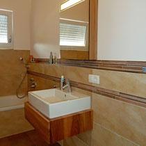 Waschtisch und Spiegelschrank aus Rüster