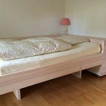 Bett und Kommoden aus Weisstanne