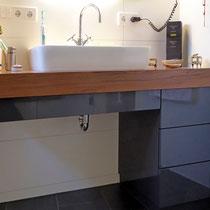 Waschtisch aus Nussbaum mit grau lackiertem Unterschrank