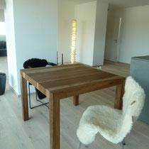 Tisch aus Nussbaum, Füsse auf Gehrung