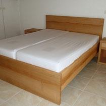 Bett und Nachttische aus Kernbuche