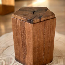 Fünfeckige Urne aus Eiche Altholz, sägerau, geölt, passend für AK