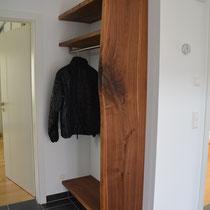 Garderobe aus Nussbaum gedämpft