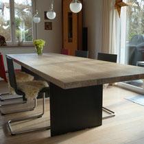 Tisch aus Eiche, weiss geölt, mit Stahlfüssen