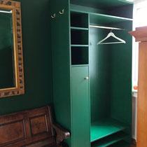 Garderobe aus Multiplex, grün lackiert