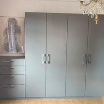Kleiderschrank aus Span grau