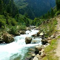 Diesem Fluss entlang führt der Santa Cruz Trek.