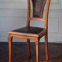 CHAISE ART NOUVEAU  refaite en cuir et clous dorés anciens.
