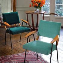 2 Fauteuils années 70 entièrement refaits. création d'une nouvelle assise, décapage et vernis du bois - Tissu velours LELIÈVRE